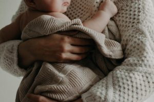 La sentenza ha ad oggetto una controversia tra una avvocata e anche insegnante part time di ruolo che lamenta la mancata corresponsione dell'indennità di maternità da parte della Cassa forense, avendo già usufruito di quella erogata dall'INPDAP in virtù del rapporto di lavoro con il M.I.U.R